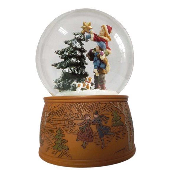 Bola de nieve ni os poniendo la estrella en el rbol de - Bola nieve navidad ...